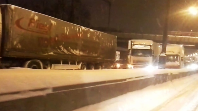 Движение на южном участке МКАД парализовали фуры.Москва, автомобили, дороги, зима, пробки, снег.НТВ.Ru: новости, видео, программы телеканала НТВ