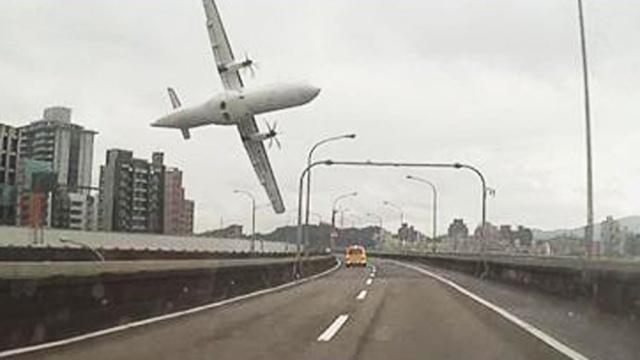 Пассажирский самолет потерпел крушение на Тайване.Тайвань, авиационные катастрофы и происшествия, самолеты.НТВ.Ru: новости, видео, программы телеканала НТВ