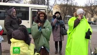 Выселенные из бывшего общежития грелись кипятком перед Смольным
