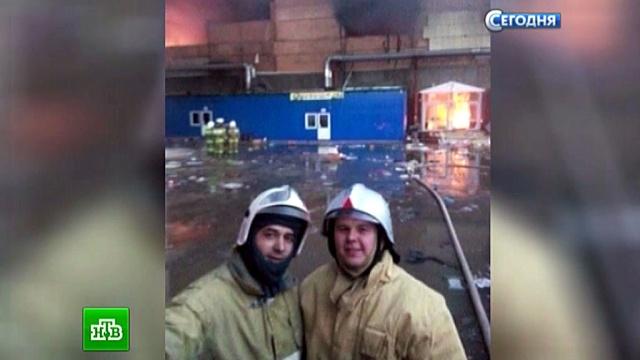 ВМЧС извинились за селфи пожарных на фоне объятого пламенем ТЦ «Адмирал».Казань, МЧС, пожарная охрана, пожары, торговля.НТВ.Ru: новости, видео, программы телеканала НТВ