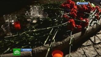 Москвичи несут цветы и свечи к посольству Германии