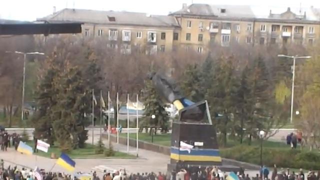 На митинге в Краматорске снесли памятник Ленину.Ленин, Украина, памятники.НТВ.Ru: новости, видео, программы телеканала НТВ
