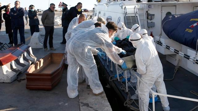 На затонувшем уберегов Италии судне могли находиться 950человек.Африка, Италия, кораблекрушения, корабли и суда, мигранты.НТВ.Ru: новости, видео, программы телеканала НТВ