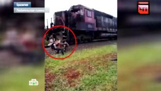Поезд сбил семью, пытавшуюся сделать селфи на путях