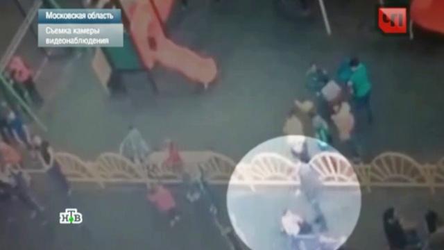 Избиение подмосковным мэром ребенка-инвалида сняла уличная камера.Московская область, Следственный комитет, видеонаблюдение, дети и подростки, драки и избиения, инвалиды, скандалы.НТВ.Ru: новости, видео, программы телеканала НТВ