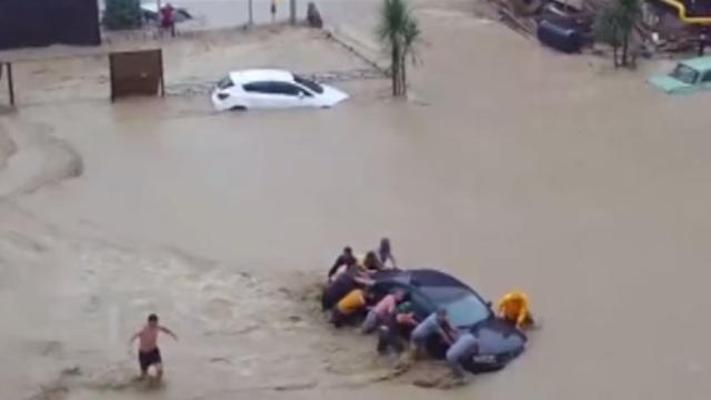 ВСочи машины плавали впотоках воды, как щепки.Сочи, аэропорты.НТВ.Ru: новости, видео, программы телеканала НТВ