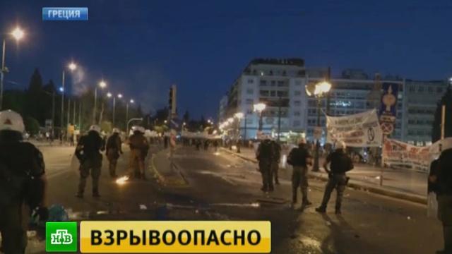 Судьбоносные дебаты греческие депутаты ведут под крики протестующих.Греция, Европейский союз, еврозона, кредиты, митинги и протесты, экономика и бизнес.НТВ.Ru: новости, видео, программы телеканала НТВ