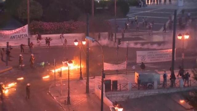 Полиция разгоняет протестующих в Афинах слезоточивым газом и шумовыми гранатами.Греция, еврозона, Европейский союз, кредиты, митинги и протесты, экономика и бизнес.НТВ.Ru: новости, видео, программы телеканала НТВ