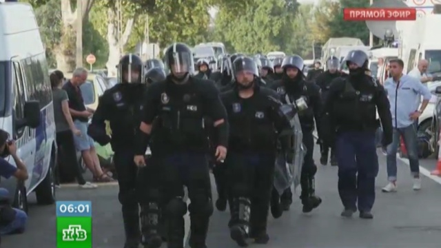 ВВенгрии во время стычек сполицией беженцы бросали детей через заграждения.Венгрия, Европейский союз, беженцы, мигранты, полиция.НТВ.Ru: новости, видео, программы телеканала НТВ