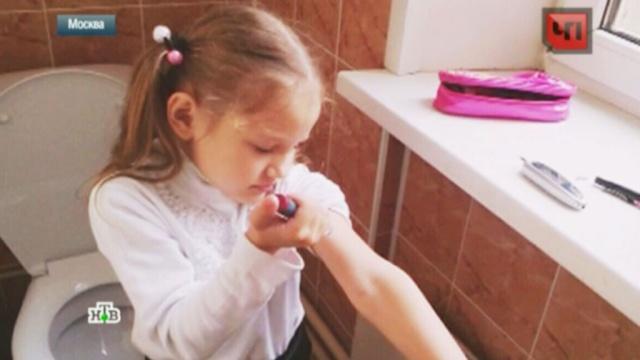 В московской школе больного ребенка отправили в туалет делать уколы.Москва, дети и подростки, образование, скандалы, школы.НТВ.Ru: новости, видео, программы телеканала НТВ