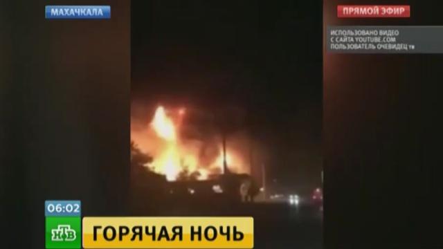 Обгоревшего при взрыве АЗС в Махачкале спасали очевидцы.АЗС, Махачкала, взрывы, пожары.НТВ.Ru: новости, видео, программы телеканала НТВ