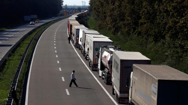 Сербия закрыла границы для грузового транспорта из Хорватии.Европейский союз, Сербия, Хорватия, беженцы, граница, импорт, полиция.НТВ.Ru: новости, видео, программы телеканала НТВ