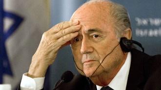 Президента ФИФА Блаттера обвинили вдаче взятки главе УЕФА