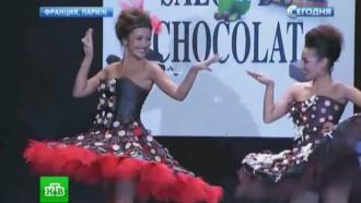 В Париже модели вышли на подиум в платьях из шоколада