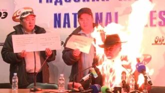 Глава профсоюза устроил самосожжение на <nobr>пресс-конференции</nobr>