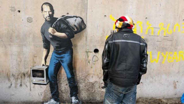 Бэнкси поддержал беженцев граффити с сыном мигранта Джобсом. Джобс Франция беженцы граффити искусство