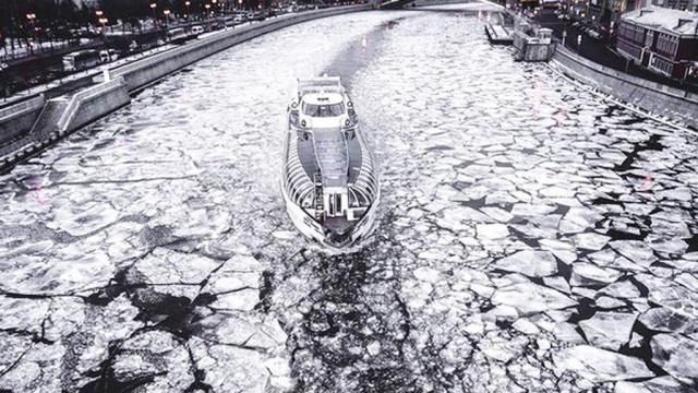 В Москве прохожие спасли провалившуюся под лед женщину с собакой. Москва несчастные случаи реки и озера