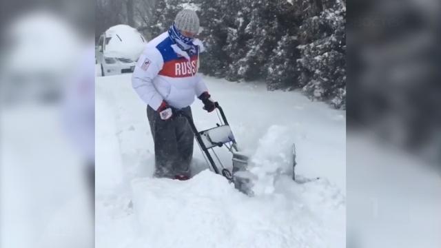 Из-за отмененных матчей НХЛ Овечкин занялся уборкой снега.зима, Овечкин, снег, спорт, США, хоккей.НТВ.Ru: новости, видео, программы телеканала НТВ