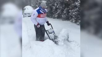 Из-за отмененных матчей НХЛ Овечкин занялся уборкой снега