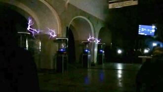 В московском метро показали «танец молний» в честь Николы Теслы