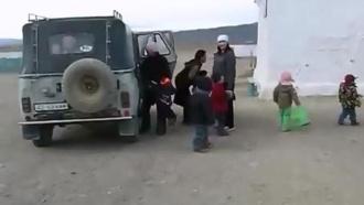 По соцсетям разлетается видео с 35 детьми из одного УАЗа