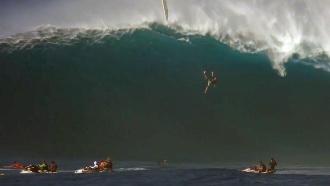Во время соревнований на Гавайях серфер сорвался с 12-метровой волны: видео