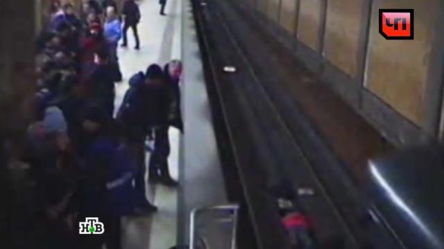 Полицейский рассказал о спасении в метро женщины, упавшей на рельсы.героизм, метро, Москва, несчастные случаи.НТВ.Ru: новости, видео, программы телеканала НТВ