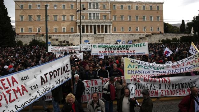 Греческие фермеры устроили протесты изакидали помидорами здание Минсельхоза.Афины, Греция, беспорядки, митинги и протесты, сельское хозяйство.НТВ.Ru: новости, видео, программы телеканала НТВ