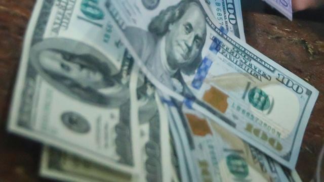 На Московской бирже евро идоллар теряют вцене.биржи, валюта, деловые новости, доллар, евро, рубль.НТВ.Ru: новости, видео, программы телеканала НТВ