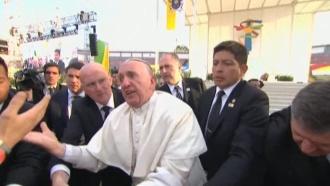 Обезумевший фанат дважды уронил папу римского на инвалида