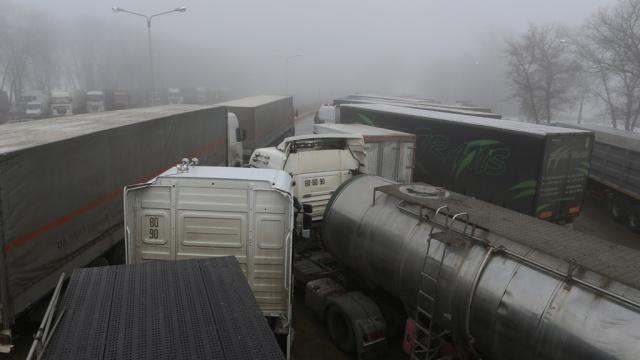 Украинские радикалы блокировали 13российских фур вЛьвовской области.Украина, граница, грузовики, дорожное движение.НТВ.Ru: новости, видео, программы телеканала НТВ