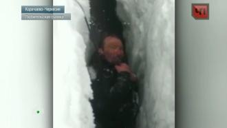 На Эльбрусе спустя сутки спасли альпиниста, упавшего врасщелину