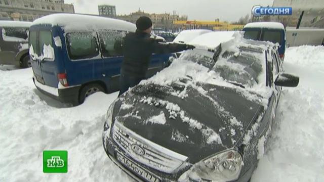 Коммунальщики приводят впорядок заваленную снегом Москву.Москва, аэропорты, погода, пробки, снег.НТВ.Ru: новости, видео, программы телеканала НТВ