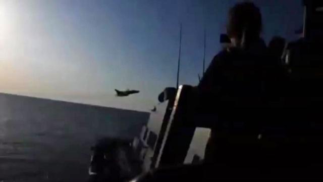 В Интернете появилось видео пролёта российских Су-24 над американским эсминцем.СМИ, США, армия и флот РФ, самолеты.НТВ.Ru: новости, видео, программы телеканала НТВ
