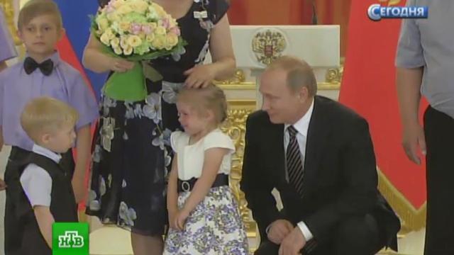 Путин утешил расплакавшуюся в Кремле девочку.Путин, дети и подростки, награды и премии, семья.НТВ.Ru: новости, видео, программы телеканала НТВ