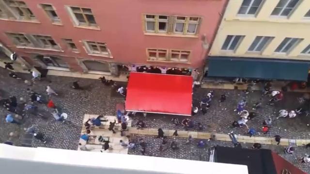 Очевидец снял на видео побоище французских ибританских фанатов вЛионе.Франция, беспорядки, драки и избиения, фанаты, футбол.НТВ.Ru: новости, видео, программы телеканала НТВ