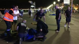 В Ницце вооруженные люди на автомобиле врезались в толпу и открыли огонь