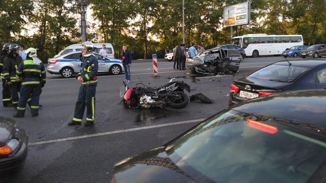 Три автомобиля имотоцикл столкнулись на западе Москвы.ДТП, Москва, автомобили, мотоциклы и мопеды, смерть.НТВ.Ru: новости, видео, программы телеканала НТВ