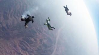 Скайдайвер Эйкинс рассказал опережитом страхе во время прыжка без парашюта
