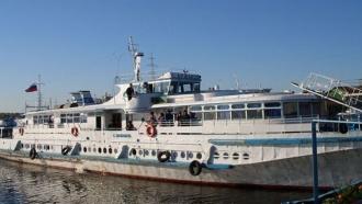 Картинки по запросу Спасатели эвакуировали всех пассажиров теплохода, который сел на мель в Якутии