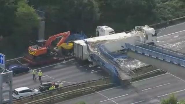 Надземный пешеходный переход обрушился на трассу M20в графстве Кент.Великобритания, грузовики, дороги, мосты, обрушение.НТВ.Ru: новости, видео, программы телеканала НТВ