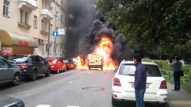 Неизвестные подожгли автомобиль инкассаторов вМоскве.инкассаторы, кражи и ограбления, Москва, нападения, полиция.НТВ.Ru: новости, видео, программы телеканала НТВ