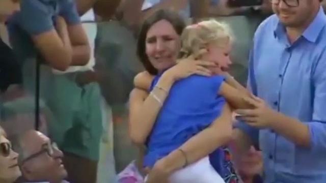 Надаль прервал матч, чтобы мама нашла потерявшуюся на трибунах дочку.Испания, Надаль, дети и подростки, теннис.НТВ.Ru: новости, видео, программы телеканала НТВ