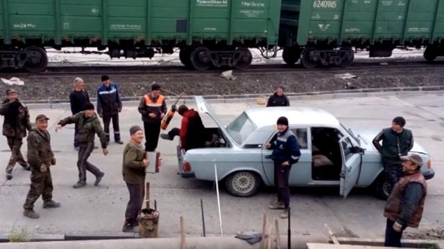 Встарую «Волгу» втиснулись 17башкирских рабочих сбаяном игитарой.Башкирия, Интернет.НТВ.Ru: новости, видео, программы телеканала НТВ