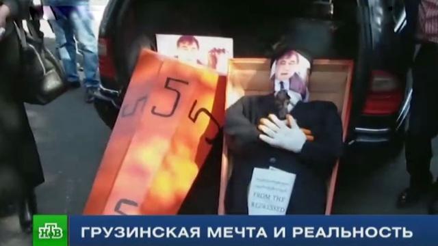 Гроб с чучелом Саакашвили: журналисты НТВ выяснили, как в Грузии готовятся к выборам.Грузия, Саакашвили, выборы, парламенты, спецрепортаж Итогов дня.НТВ.Ru: новости, видео, программы телеканала НТВ