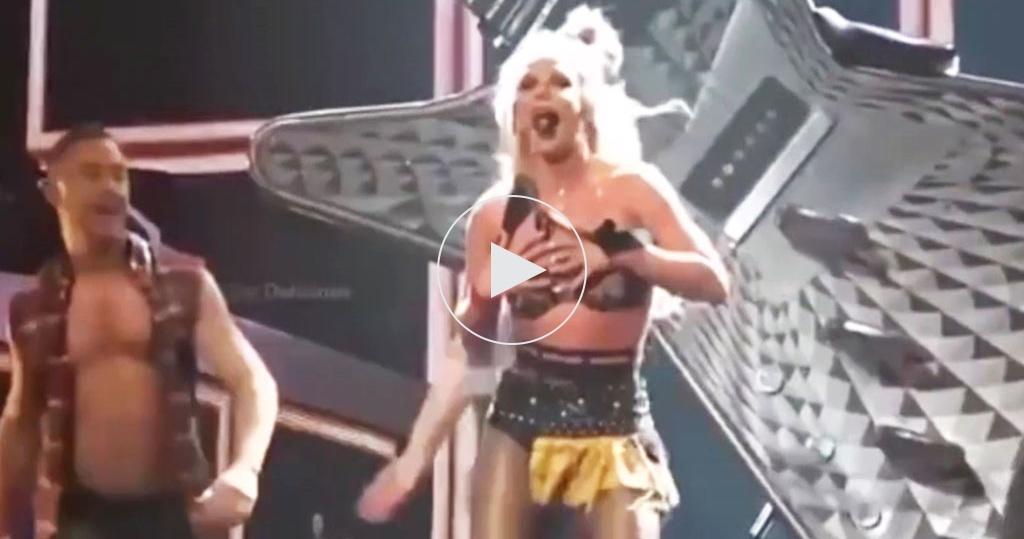 Блондинка во время танца потеряла лифчик