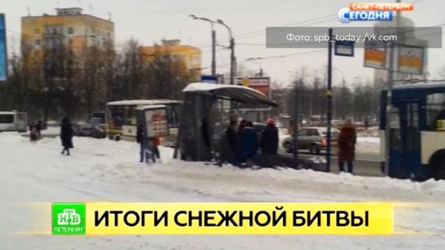 На юго-западе Петербурга убиравший снег трактор покорежил остановку.ЖКХ, Санкт-Петербург, погода, снег.НТВ.Ru: новости, видео, программы телеканала НТВ