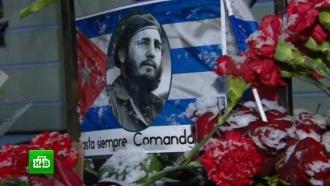 Москвичи весь день несут цветы к посольству Кубы