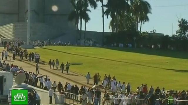 Церемония прощания с Фиделем Кастро началась с залпа артиллерийских орудий.Куба, похороны, Фидель Кастро.НТВ.Ru: новости, видео, программы телеканала НТВ