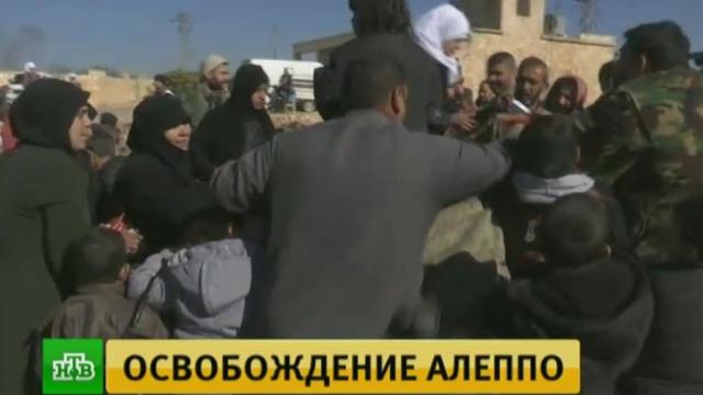 Бегущие из восточных кварталов Алеппо сирийцы штурмуют грузовики.Сирия, армии мира, беженцы, войны и вооруженные конфликты, гуманитарная помощь, терроризм.НТВ.Ru: новости, видео, программы телеканала НТВ